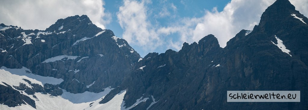 Panorama verschneiter Berge